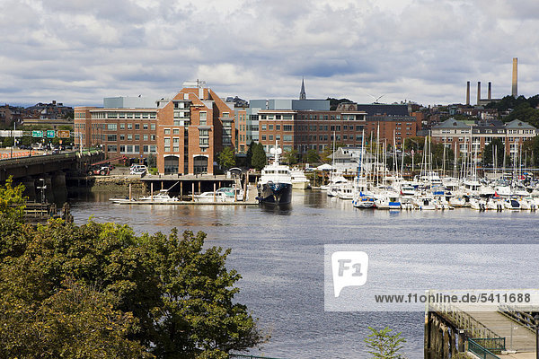 Hafen von Boston  dahinter Bunker Hill  Boston  Massachusetts  New England  USA