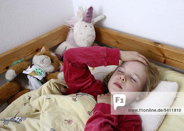 10 jahre erk ltung fieber ibljot02063778 liegt krank im bett mit grippe m dchen. Black Bedroom Furniture Sets. Home Design Ideas