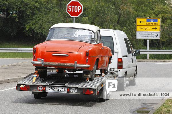 Oldtimer wird auf einem Pkw-Anhänger transportiert