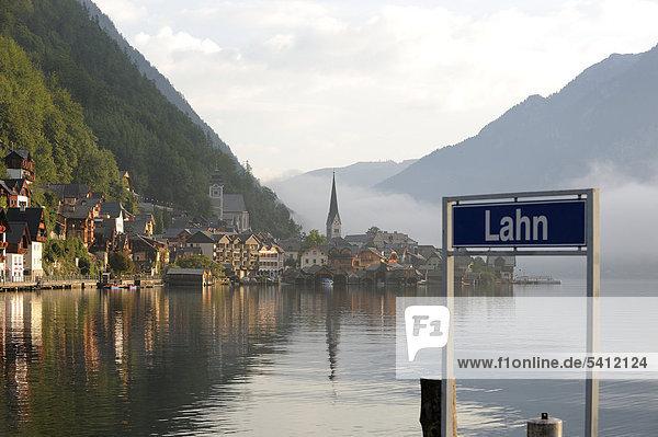 Hallstatt  Hallstättersee  Hallstätter See mit Morgennebel  Salzburg  Österreich  Europa