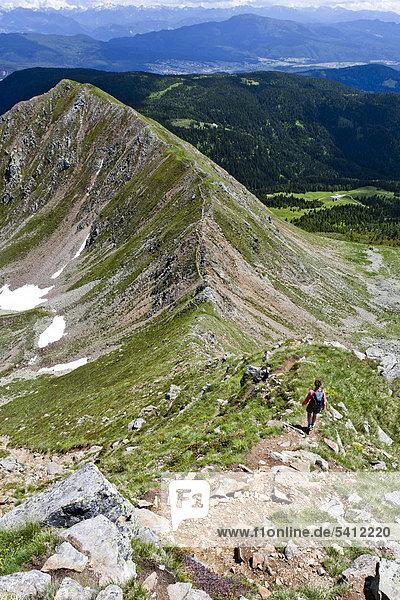 Wanderer auf dem Grat vom Spitzen Kornigl zum Kleinen Kornigl  Ultental  Ulten  Südtirol  Italien  Europa