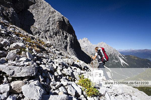 Bergsteiger beim Aufstieg zum Alpinisteig durch das Fischleintal  Val Fiscalina  oberhalb der Talschlusshütte  hinten die Dreischusterspitze  Sexten  Hochpustertal  Dolomiten  Südtirol  Italien  Europa
