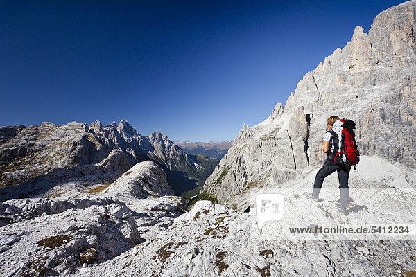 Bergsteiger im Alpinisteig  mit Blick auf den Einser  rechts der Elfer und Alpinisteig  hinten die Dreischusterspitze  Sexten  Hochpustertal  Dolomiten  Südtirol  Italien  Europa