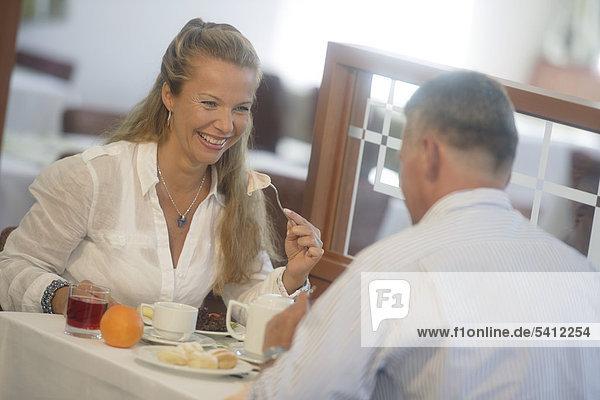 Ein Paar im Restaurant  Frau 42 Jahre  Mann 52 Jahre