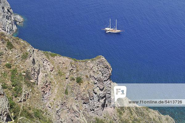 Schiff vor der Steilküste der Insel Panarea  Äolische oder Liparische Inseln  Sizilien  Süditalien  Italien  Europa