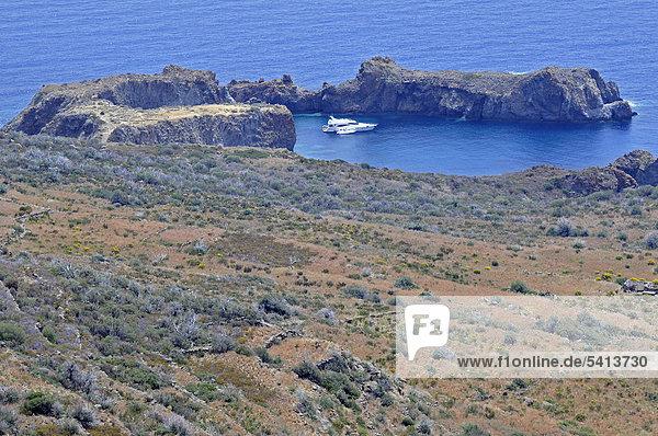 Yacht in einer Bucht  Insel Panarea  Äolische oder Liparische Inseln  Sizilien  Süditalien  Italien  Europa