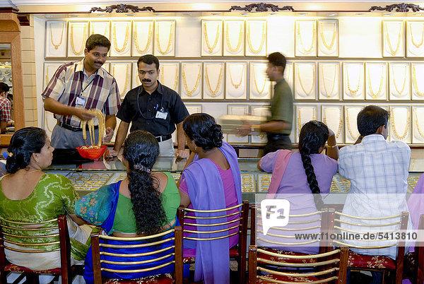 Verkäufer und Kundschaft in einem Juweliergeschäft  Kottayam  Kerala  Südindien  Indien  Asien