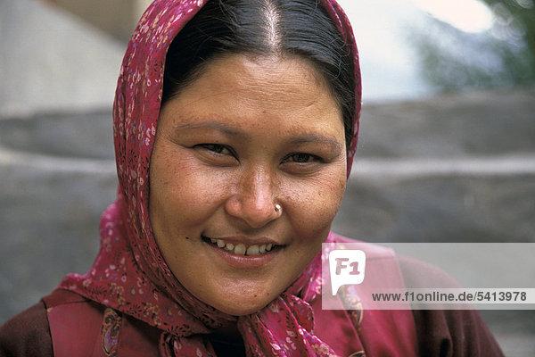 Frau  Porträt  Hunder  Nubra-Tal  Ladakh  indischer Himalaya  Jammu und Kaschmir  Nordindien  Indien  Asien