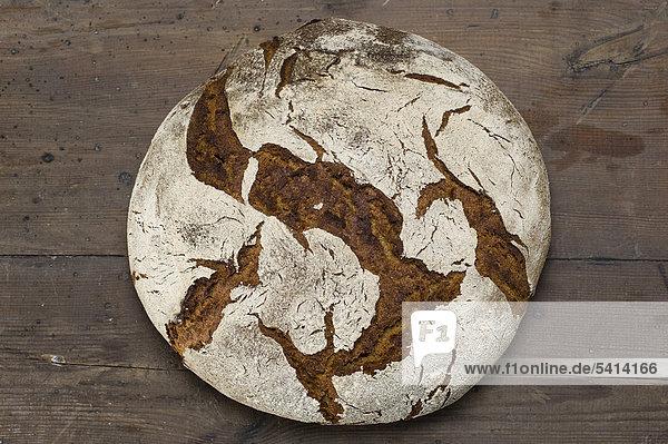 Selbstgebackenes Sauerteigbrot  Roggenmischbrot in einem Haushaltsbackofen gebacken - Rezeptdatei vorhanden