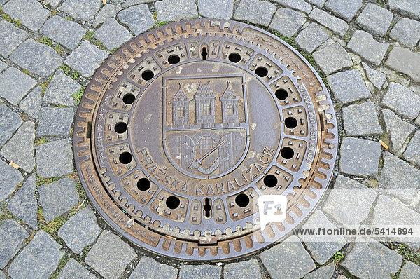 Prager Kanalisation  Kanaldeckel mit Stadtwappen  Prag  Böhmen  Tschechien  Tschechische Republik  Europa  ÖffentlicherGrund