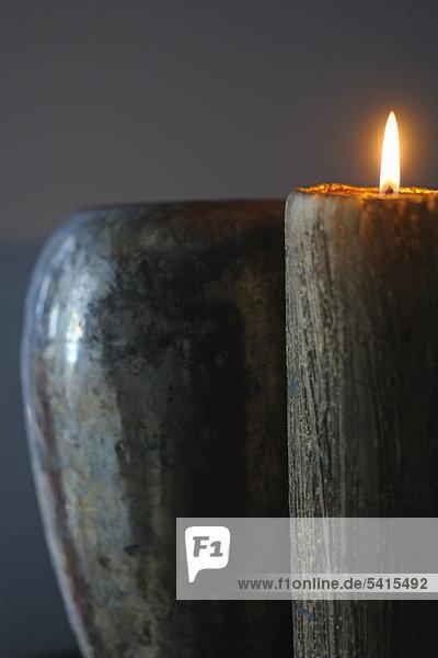 Brennende Kerze an vase