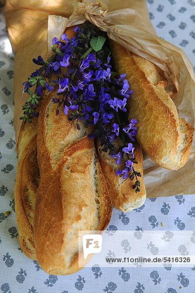 Lavendel Blüten und baguette