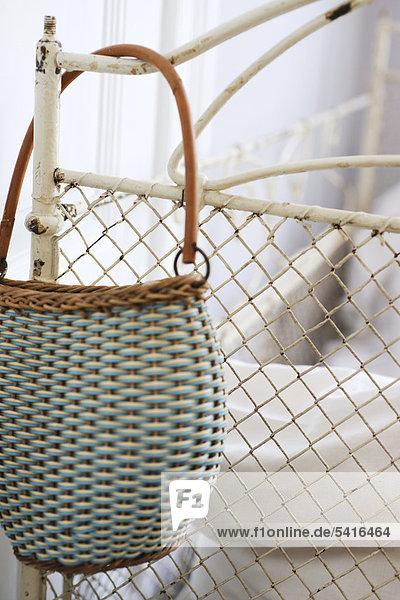 Handtasche hanging am Bettpfosten