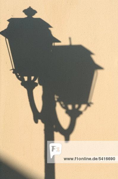 Schatten der eine Straßenlaterne