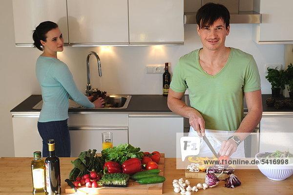 Junges Paar in Küche vorbereiten Salat