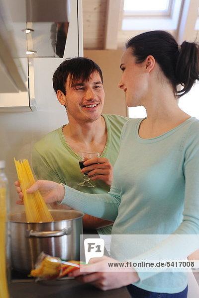 kochen Küche Rotwein jung trinken Spaghetti
