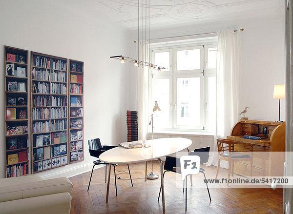 Bücherregal Schreibtisch Zimmer streichen streicht streichend anstreichen anstreichend Sekretär