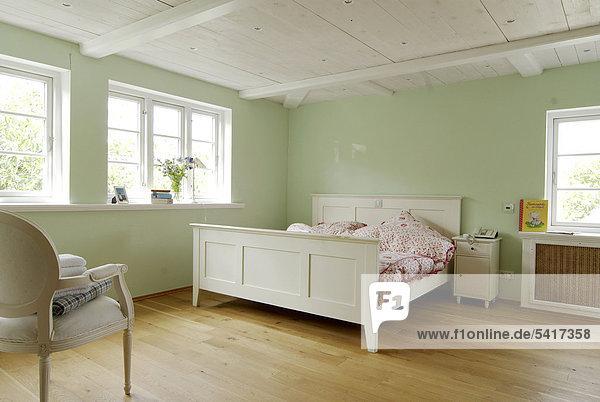 wand gr n schlafzimmer holzboden lizenzfreies bild bildagentur f1online 5417358. Black Bedroom Furniture Sets. Home Design Ideas