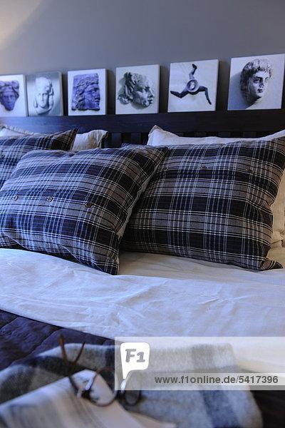 Bett mit Kissen und Brillen