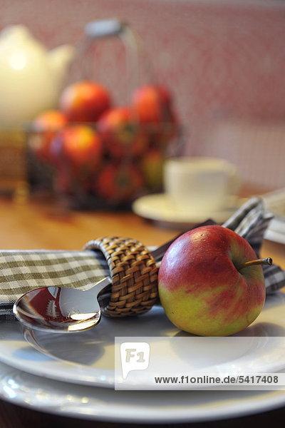 Apple  Löffel und eine Serviette auf Platte
