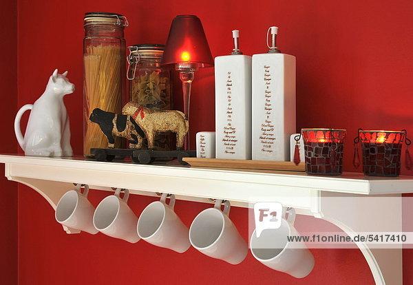 Küche Regal mit Cups und DEKORATIONSOBJEKTE