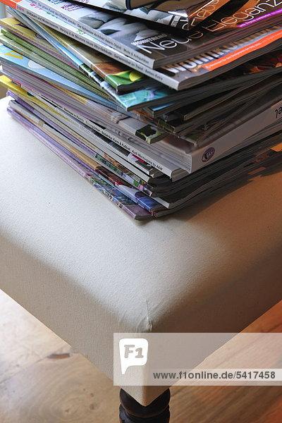 Stapel Zeitschriften auf Stuhl