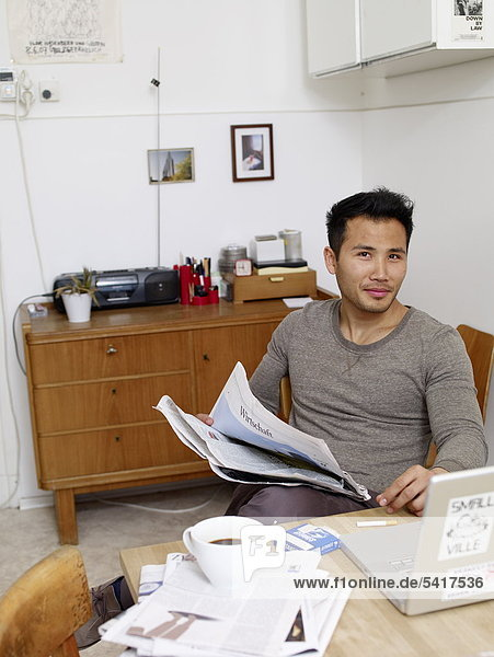 Interior zu Hause Mann Zeitung vorlesen