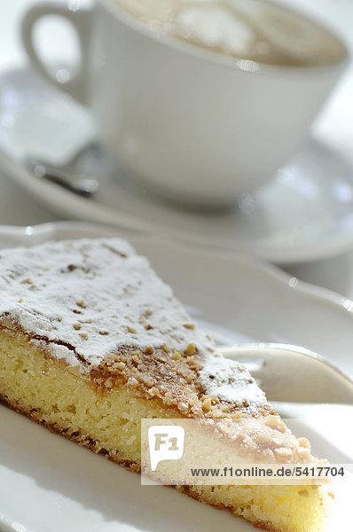 Mandelkuchen und Tasse Kaffee