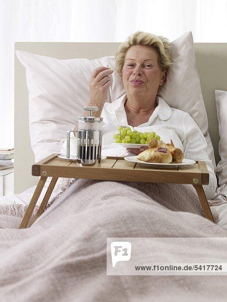 Frau Bett Frühstück