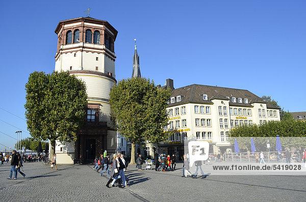 Schlossturm  Sitz des Schifffahrtsmuseums  Rheinufer  Burgplatz  Altstadt  Düsseldorf  Nordrhein-Westfalen  Deutschland  Europa