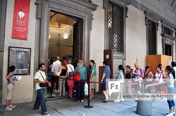 Firenze (Italy): tourists in line at the entrance of Galleria degli Uffizi