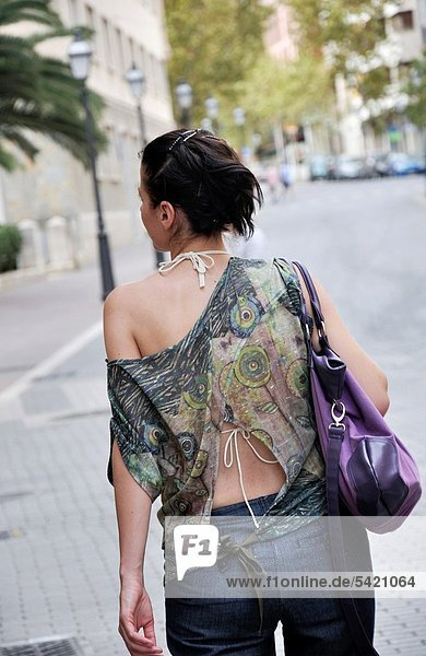 Europa  Frau  Straße  Rückansicht  Ansicht  Mallorca  Palma de Mallorca  Spanien