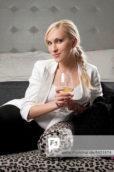 Frau  Wein  weiß  blond