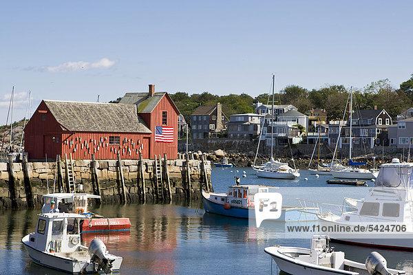 Blick auf den bekannten roten Lagerschuppen in Rockport  einem kleinen Fischerort im Bundesstaat Massachusetts  New England  USA