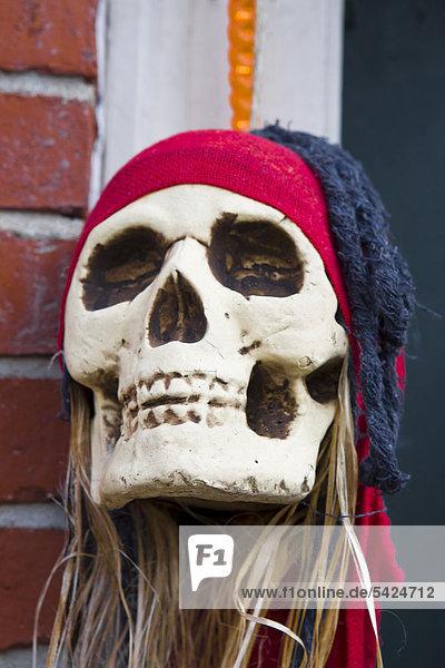 Halloweenfigur schmückt den Eingang eines Geschäftes in Newburyport  Bundesstaat Massachusetts  New England  USA