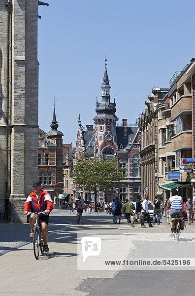 Historische Gebäude am Grote Markt mit StraßencafÈs  Leuven  Belgien  Europa
