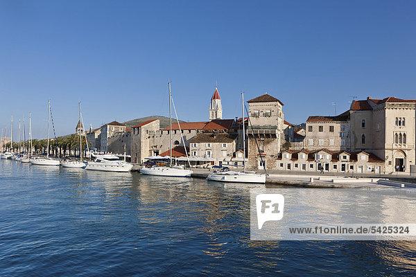 Riva Promenade und Palazzo  Altstadt Trogir  UNESCO Weltkulturerbe  Region Split  Mitteldalmatien  Dalmatien  Adriaküste  Kroatien  Europa  ÖffentlicherGrund