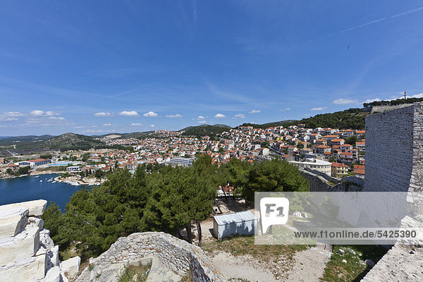 Blick auf Sibenik von der Burg  Mitteldalmatien  Dalmatien  Adriaküste  Kroatien  Europa  ÖffentlicherGrund
