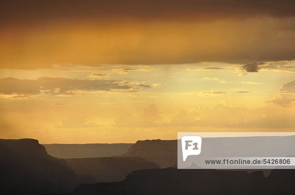 Gewittersturm und Regenschauer  Blick bei Sonnenuntergang von Aussichtspunkt Yavapai Point auf Isis Temple  Bright Angel Canyon  Grand Canyon Nationalpark  South Rim  Südrand  Arizona  Vereinigte Staaten von Amerika  USA