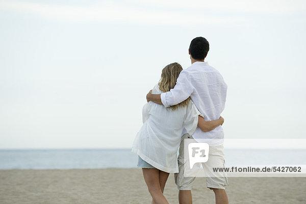 Gemeinsames Gehen am Strand  Rückansicht