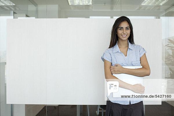 Lächelnde Frau im Amt
