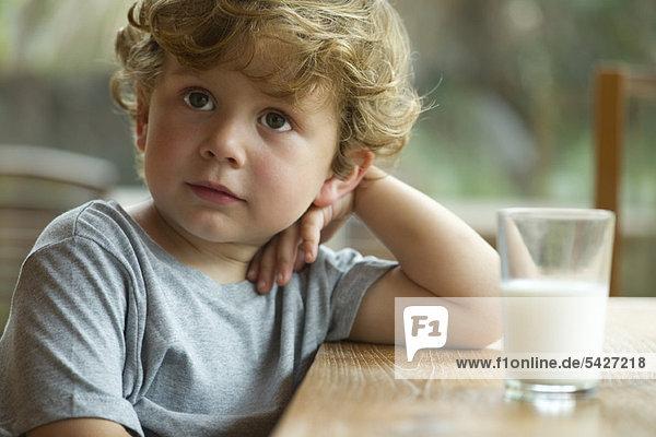 Kleiner Junge mit Tagträumen