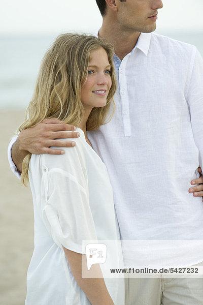 Paar steht zusammen am Strand