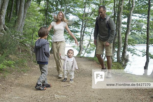 Familienwandern im Wald