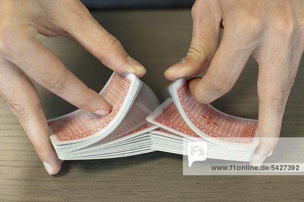Karten mischende Hände