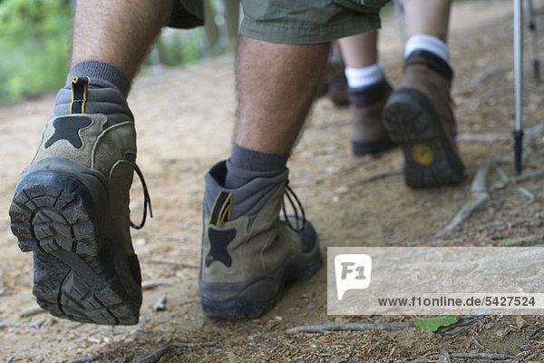 Wanderer auf dem Weg  Nahaufnahme der Füße