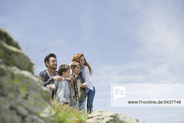 Eltern und Jungen in der Natur