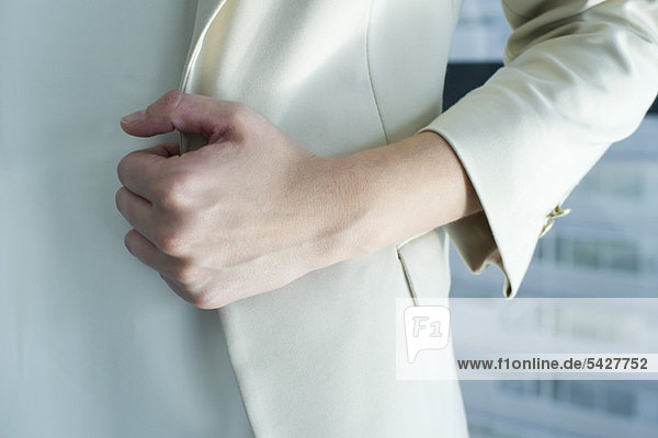 Frau im Anzug  geschnitten