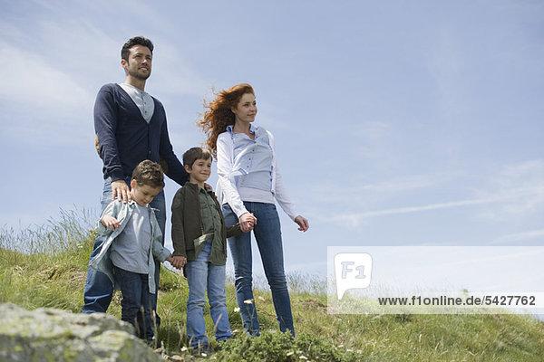 Eltern und Jungen auf der Wiese stehend  Porträt
