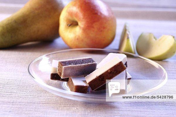 Fruchtschnitten auf Glasteller mit Obst